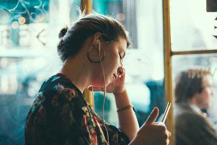 Słuchawki douszne czy dokanałowe – jaka jest między nimi różnica i które lepiej kupić?